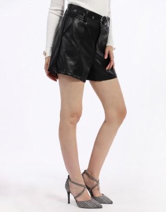 Short noir en simili cuir avec ceinture